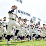 157チームの球児たちが熱気あふれる行進を見せた=10日午前、県営大宮球場