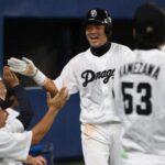 6回、1死二塁、荒木の先制適時二塁打で生還した赤坂は、ナイン出迎えに笑顔でタッチ