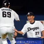 6回、荒木の適時二塁打で生還した赤坂を笑顔で迎える中日・谷繁兼任監督=ナゴヤドーム