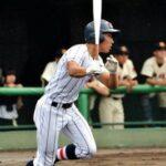 三回1死満塁、浦和学院・高橋は右前に同点適時打を放つ
