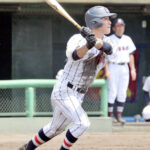 浦和学院-熊谷 3回裏浦和学院2死二、三塁、諏訪が右越えの2点適時三塁打を放つ=県営大宮