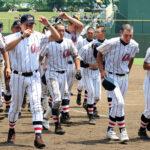 試合に敗れベンチに引き揚げる浦和学院の選手たち