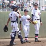 五回表白岡1死一、二塁、ピンチの場面でマウンドに集まる浦和学院の投手江口(右)と捕手西野(2)=県営大宮