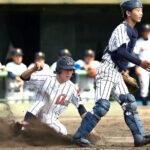 3回裏浦和学院2死二塁、前田の適時右前打で二塁走者の諏訪が生還。捕手中島=3日、県営大宮球場