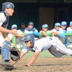 浦和学院―花咲徳栄 3回裏浦和学院無死一塁、諏訪の二塁打で一塁走者杉山(右)が生還する。捕手野本=4日、県営大宮球場