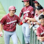 9回表埼玉1死二、三塁、3点本塁打を放ちベンチに迎えられる埼玉の郡司(7)
