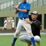 浦和学院の西野真也選手(右)から指導を受ける中学生=県営大宮