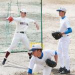 ブルペンで並んで投球練習する(手前から)千田、水野、早大・小島