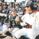 参加した小学生と笑顔で話す浦和学院高の野球部員(右)