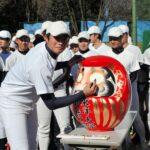 チームの練習始めで、だるまに左目を入れる東洋大・笹川=埼玉県川越市の同大グラウンド
