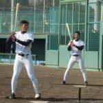 新人の津田(右)はドラフト候補の笹川とティー打撃