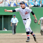 8回裏上尾2死一、三塁のピンチをしのぎ、雄たけびを上げる浦和学院のエース右腕榊原