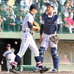 1回表横浜1死二塁、先制打を浴び肩を落とす浦和学院の佐野(中央)。右は捕手秋山