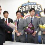 現役を引退する右から大塚、須永、荒張、米野は木田GM補佐から花束を受け取る